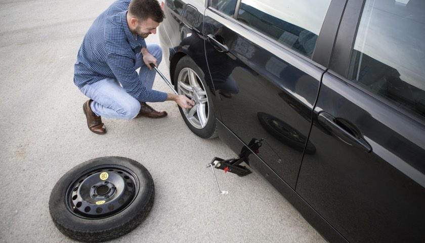 Space saver spare tyre change